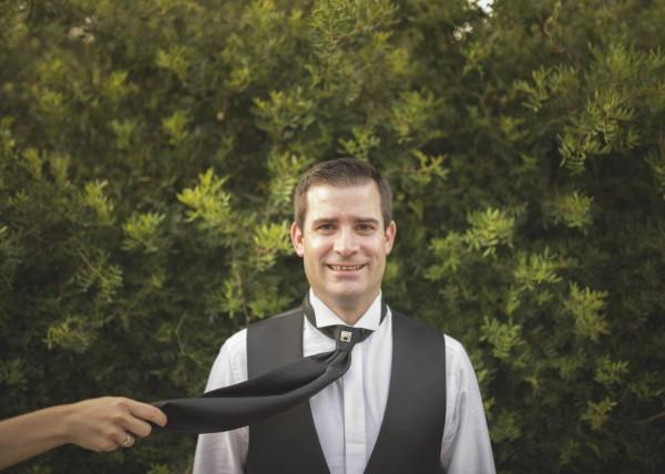 novia tirando de la corbata del novio