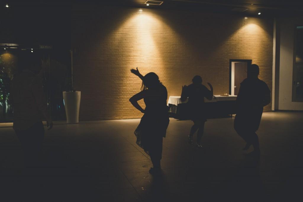 gente bailando en la boda pasandolo bien y con alegria