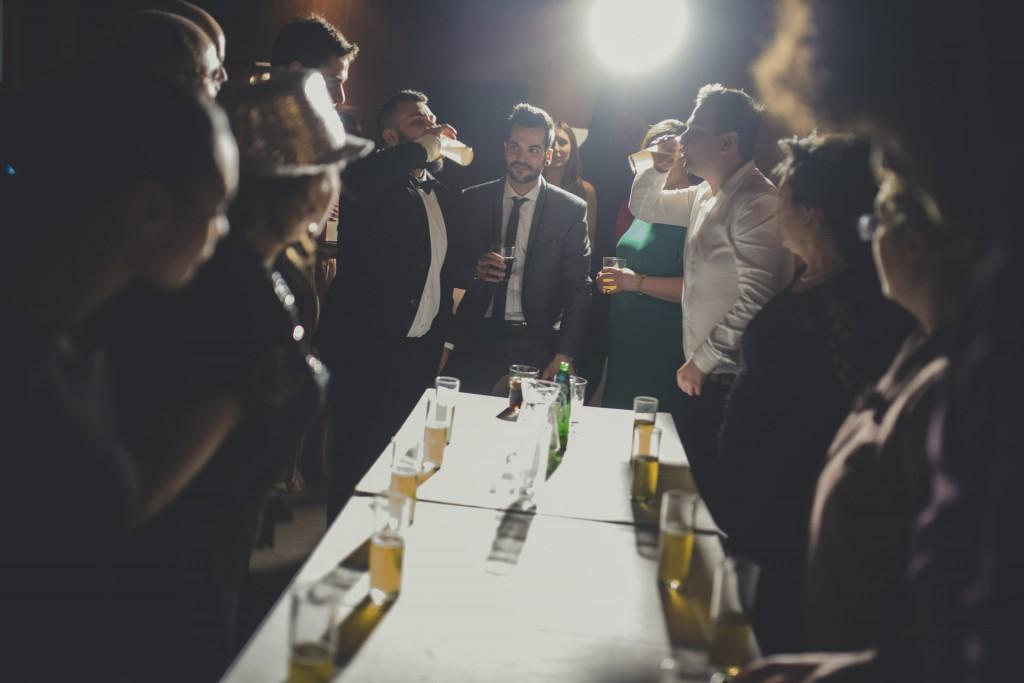 gente bebiendo en boda