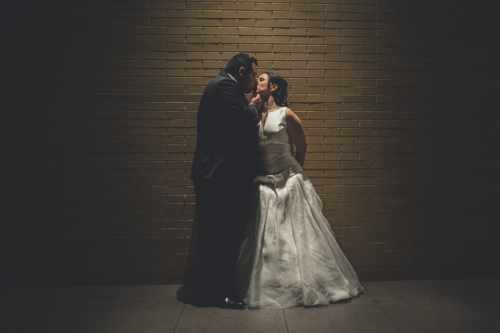 novios besándose boda sin posados