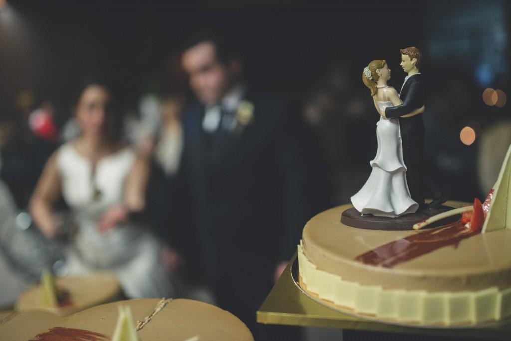 novios cortando la tarta