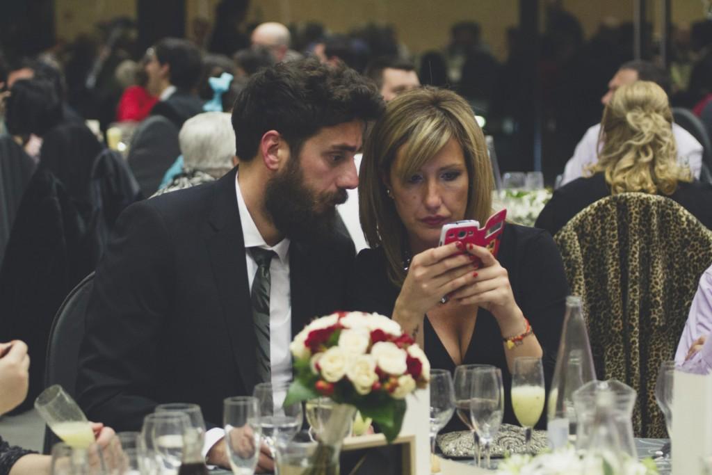 invitados mirando movil