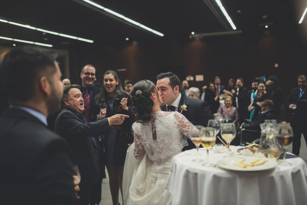 novios besandose en boda