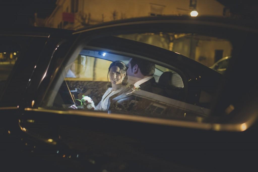 novios montando en el coche