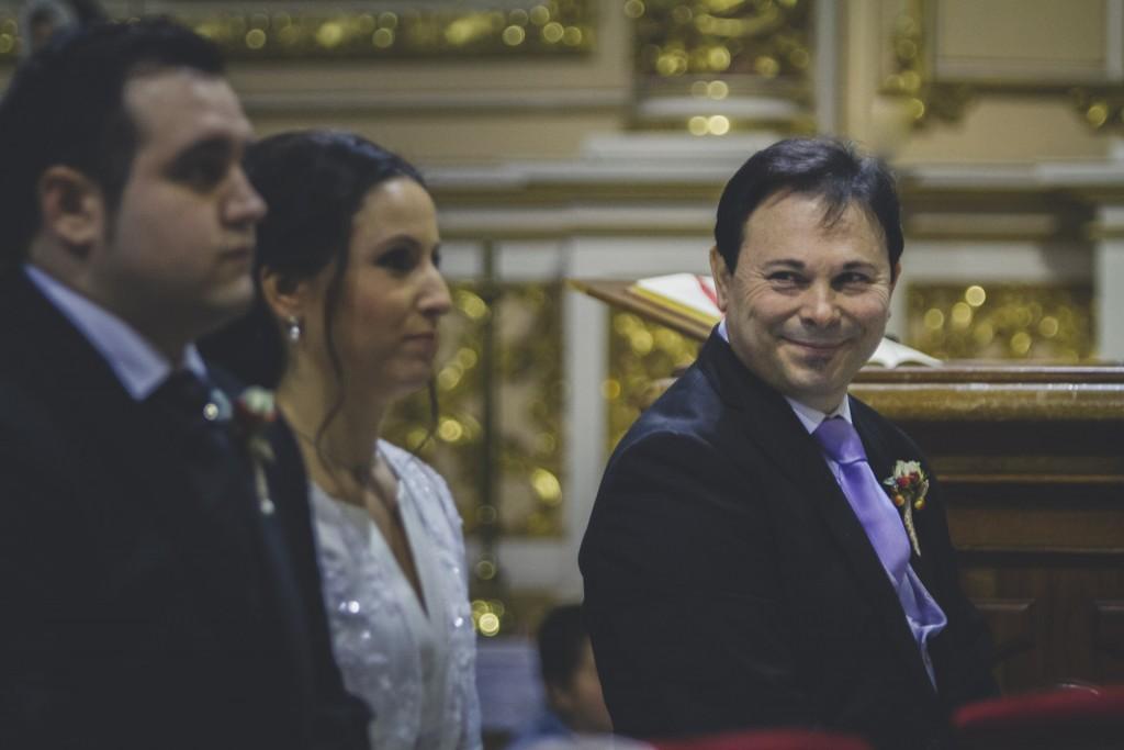 padre mira a su hija casándose