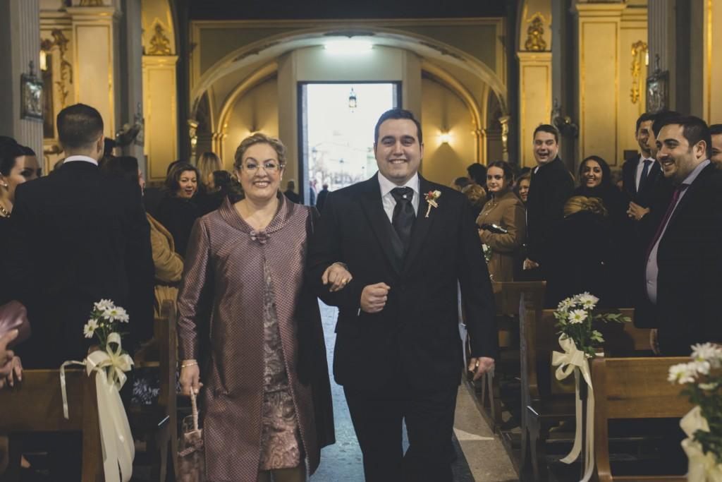 novio entrando en iglesia