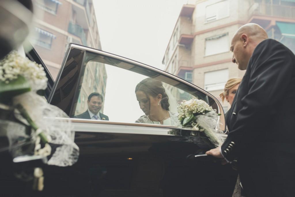 novia entrando en el coche