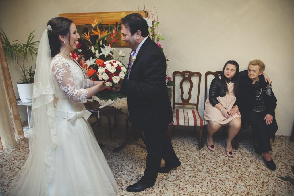 dando el ramo a la novia