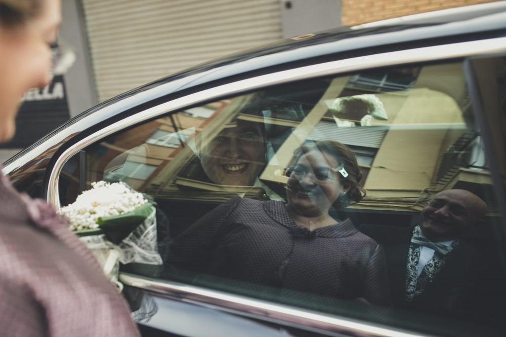 madre reflejada en cristal con el novio detrás