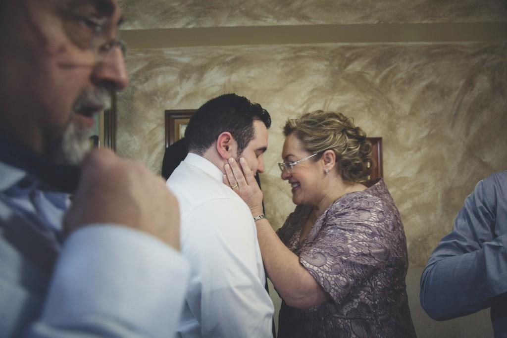 madre abrazando a su hijo que se va a casar