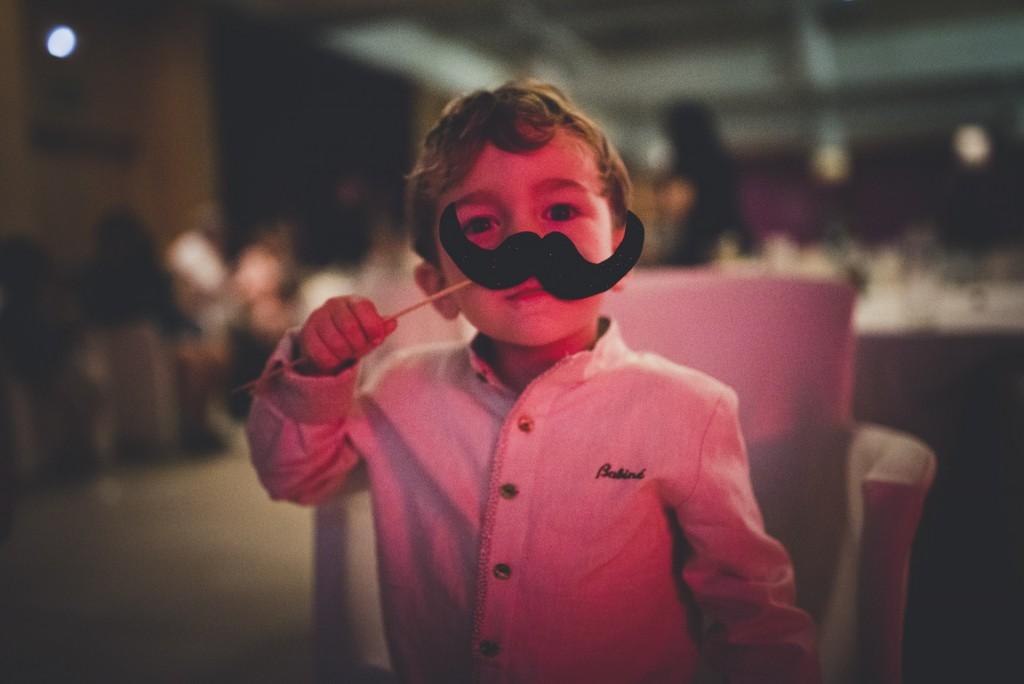 niño con bigote en boda Hotel Puerta de Valencia