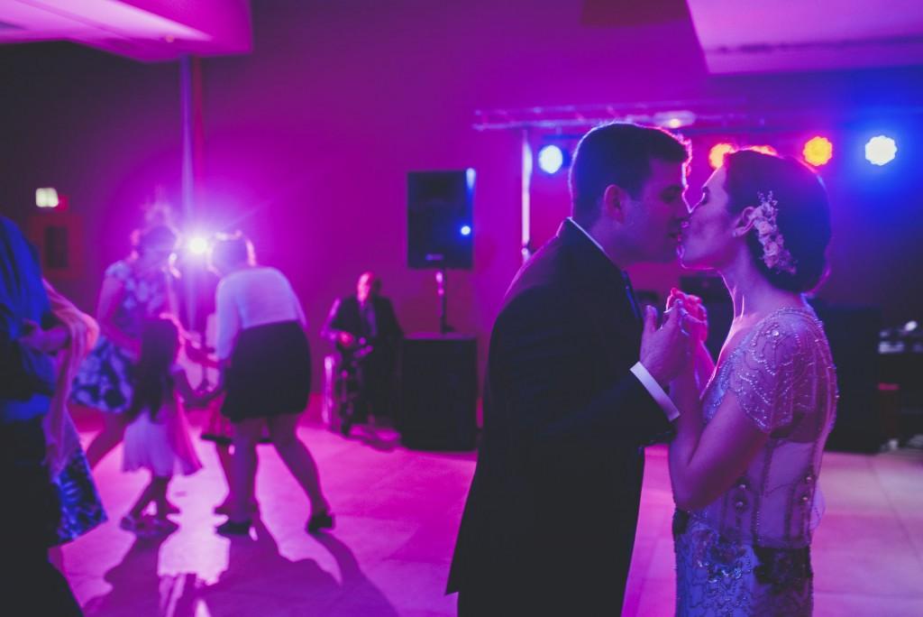 novios bailando en Hotel Puerta de Valencia