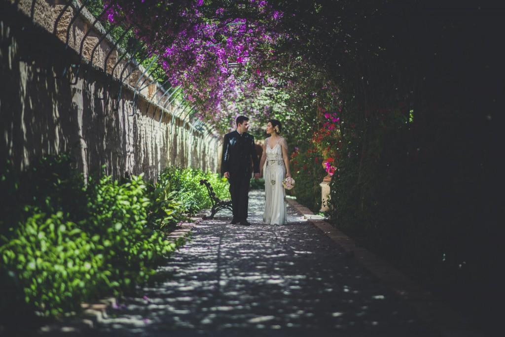 novios paseando en jardines de Monforte