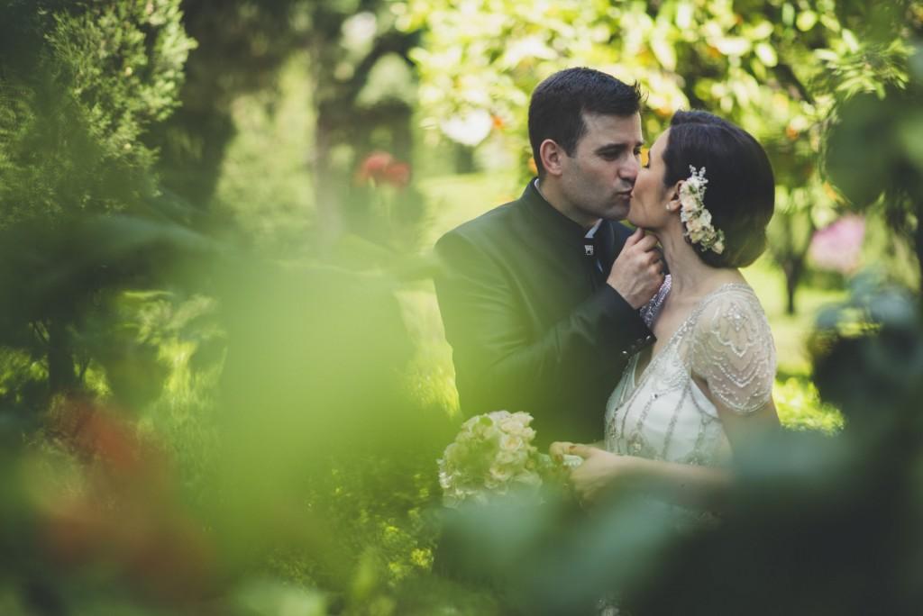 novios besándose en jardines de Monforte