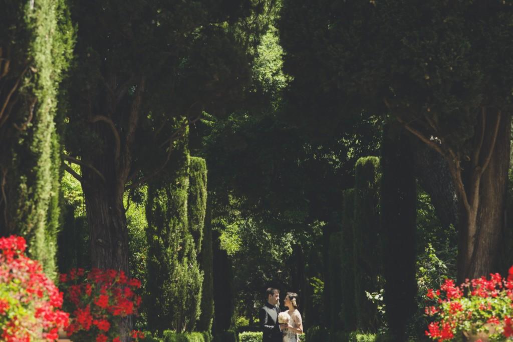 novios en reportaje de fotografía jardines de Monforte