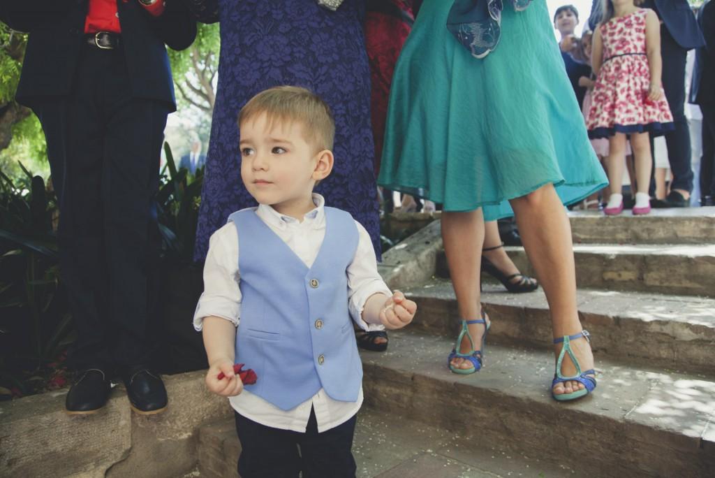 hijo esperando a sus padres para tirarles arroz