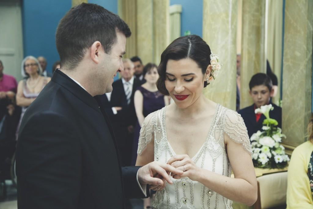 novia poniendo anillo a su marido