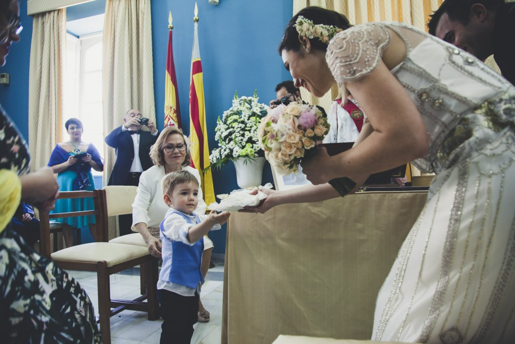 niño dando anillos a su madre la novia