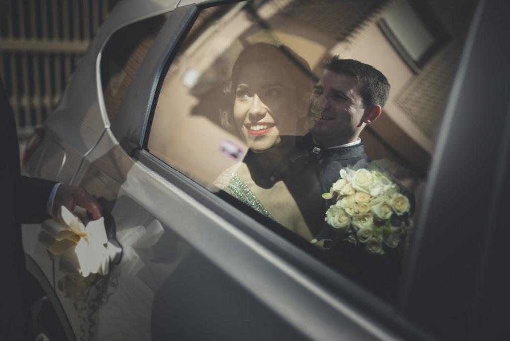 novia mirando a novio a través del cristal del coche