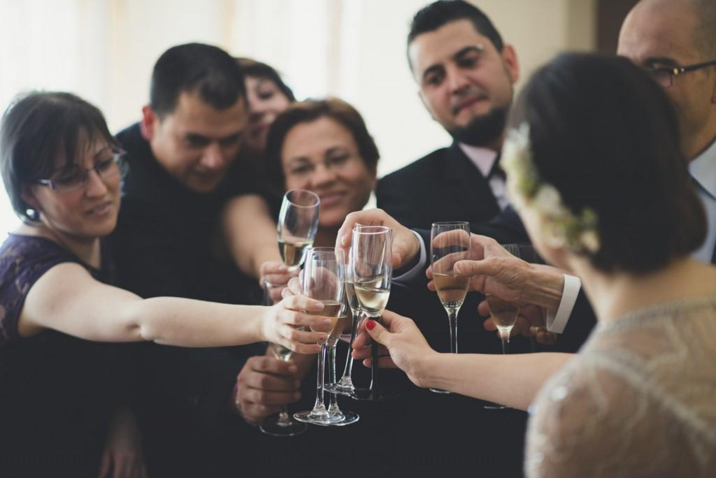 novia brindando con su familia