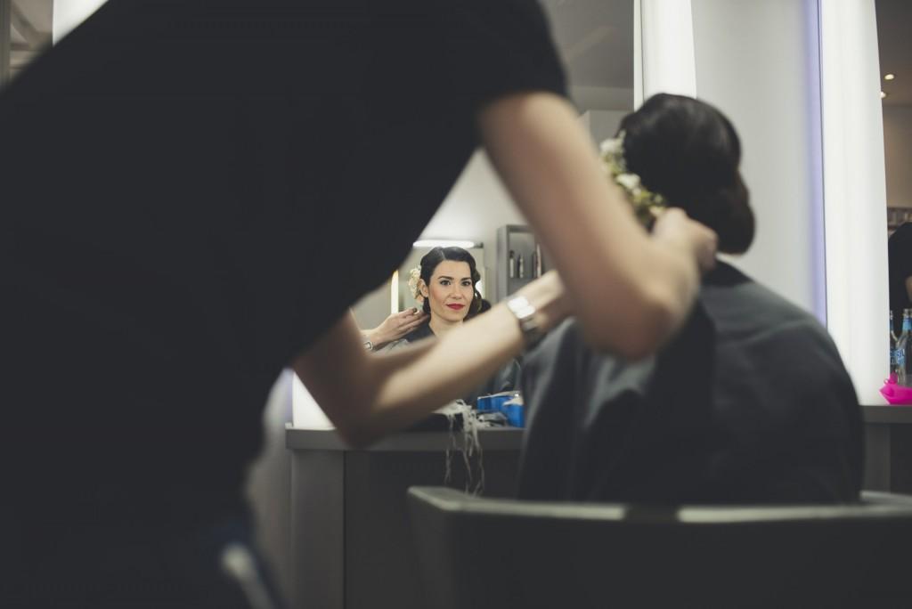novia siendo peinada