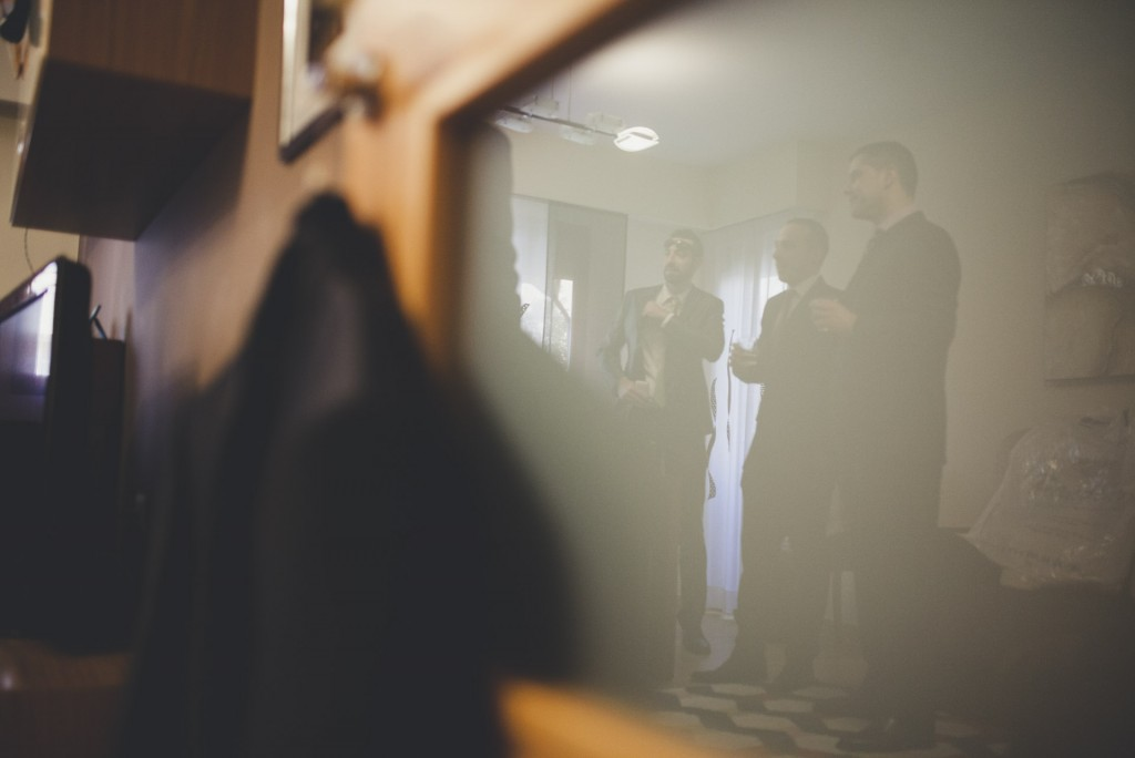 novio momentos antes de la boda en casa