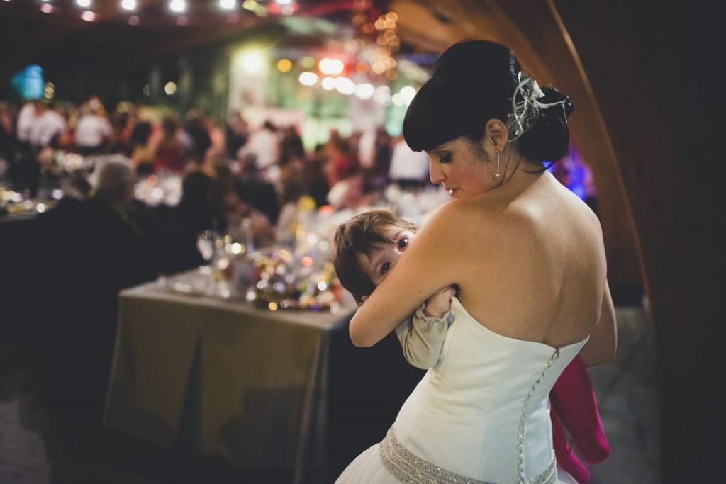 novia durmiendo a su hija en su boda diferente en nochevieja
