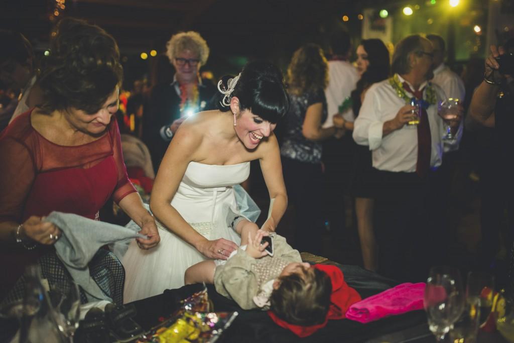 novia cambiando a su hija