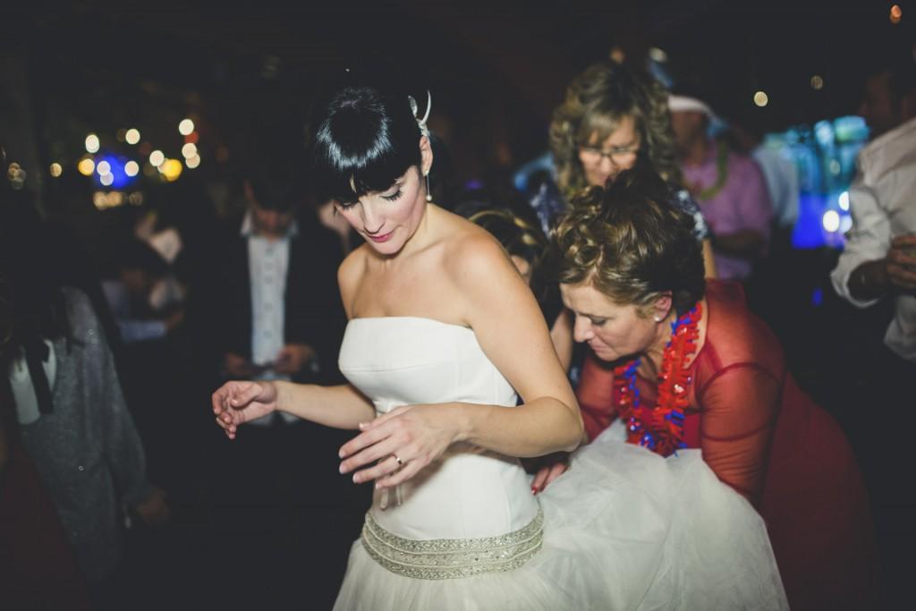 madre ayudando a su hija con el traje de novia