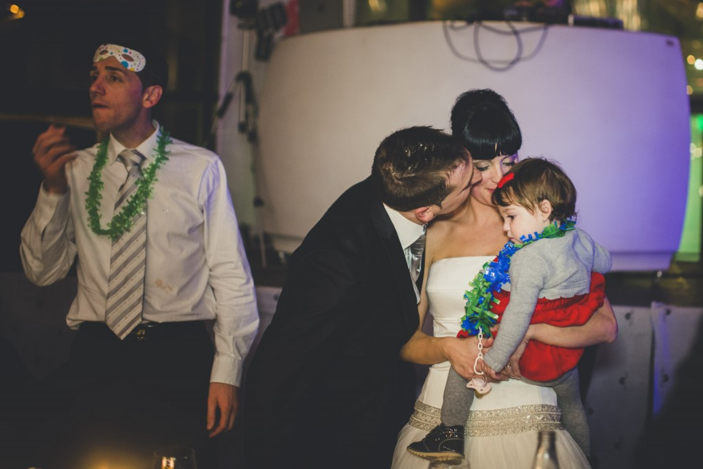 novios besando a su hija boda diferente