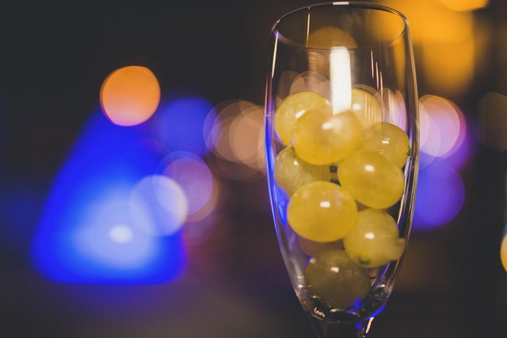 uvas en copa de champan en boda de nochevieja