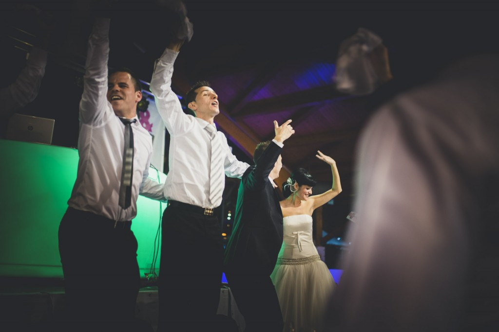 novios saltando de alegría boda diferente en nochevieja