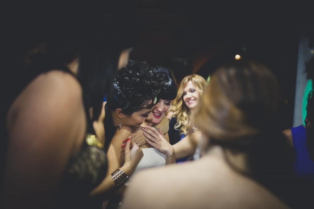 amigas de la novia abrazan a su amiga