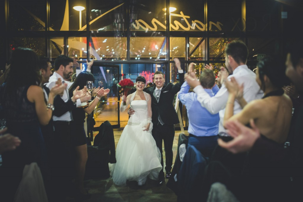 novios entrando al restaurante boda diferente