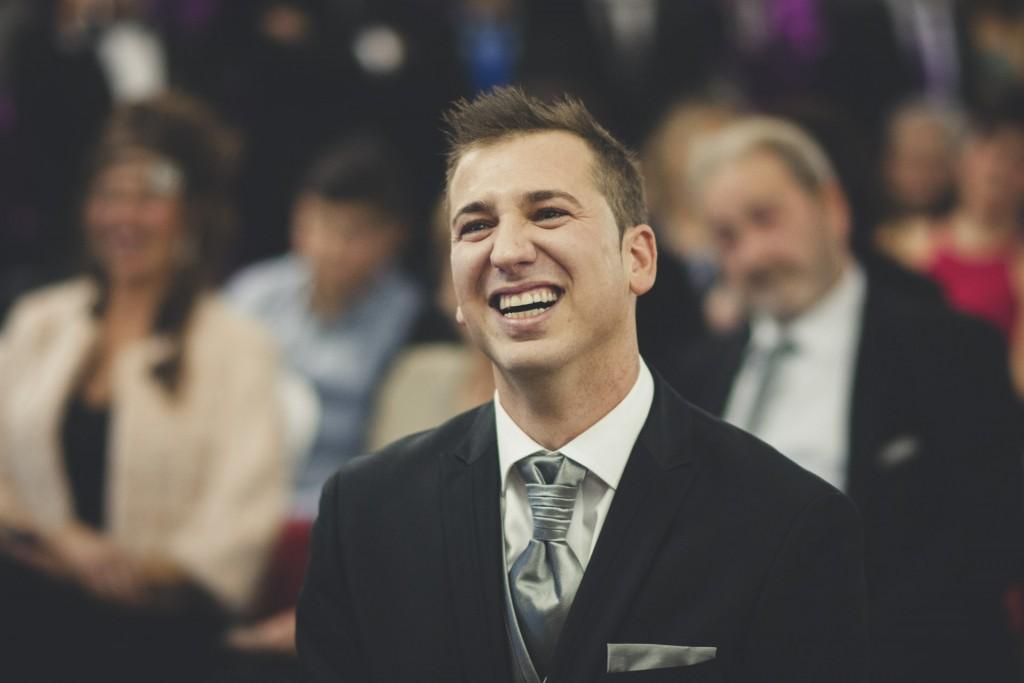novio riendo boda diferente