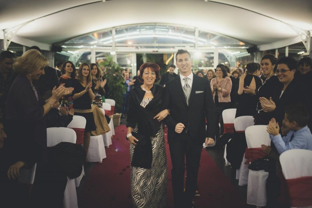 novio con su madre caminando