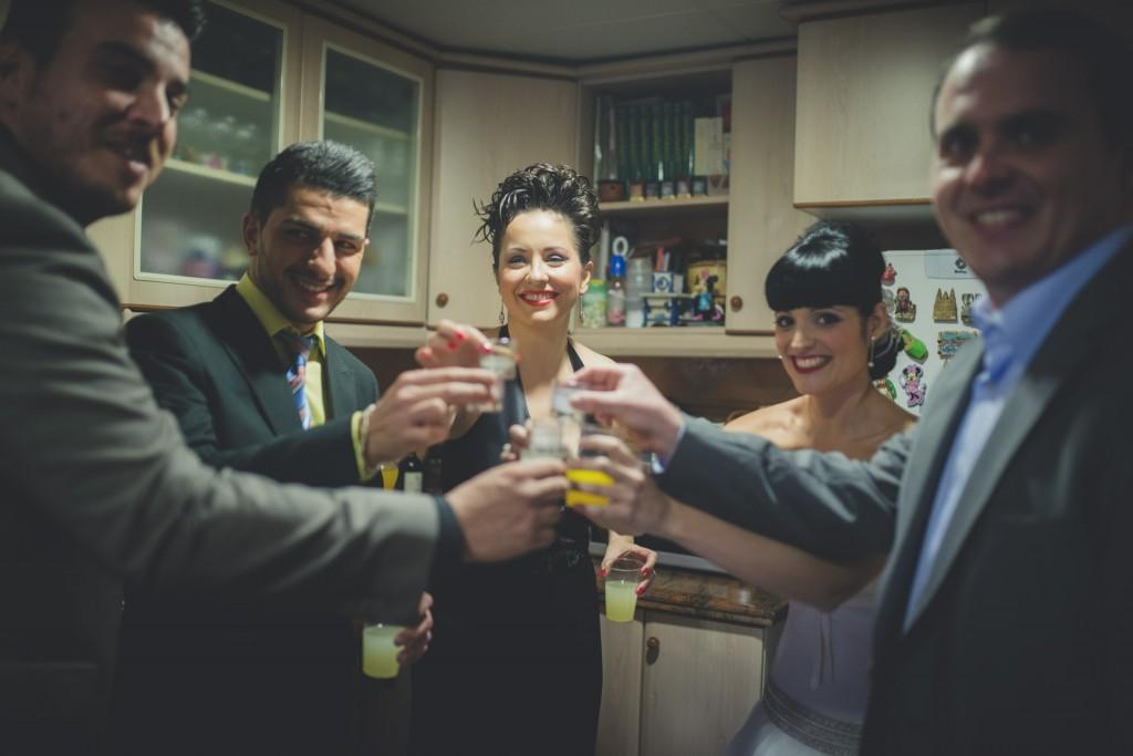 novia brindando con amigos