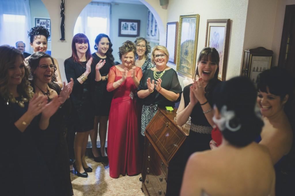gente aplaudiendo a la novia