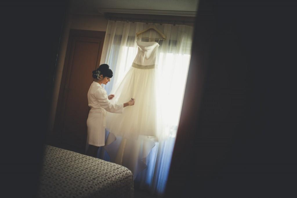 novia mirando su traje