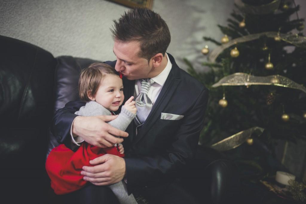 novio besando a su hija