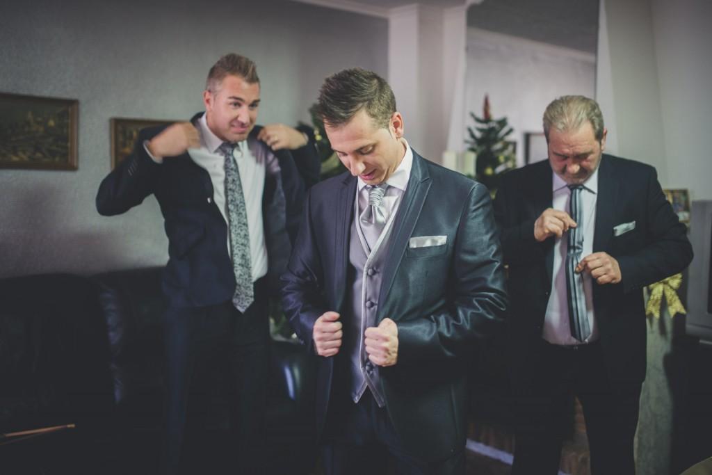 novio vistiéndose boda diferente