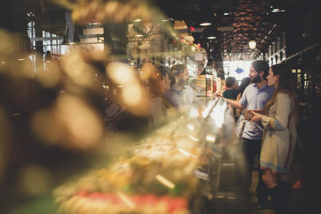 novios paseando en mercado de San Miguel
