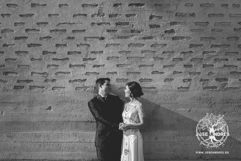 novios en la pared postboda en valencia Postboda en Pinedo