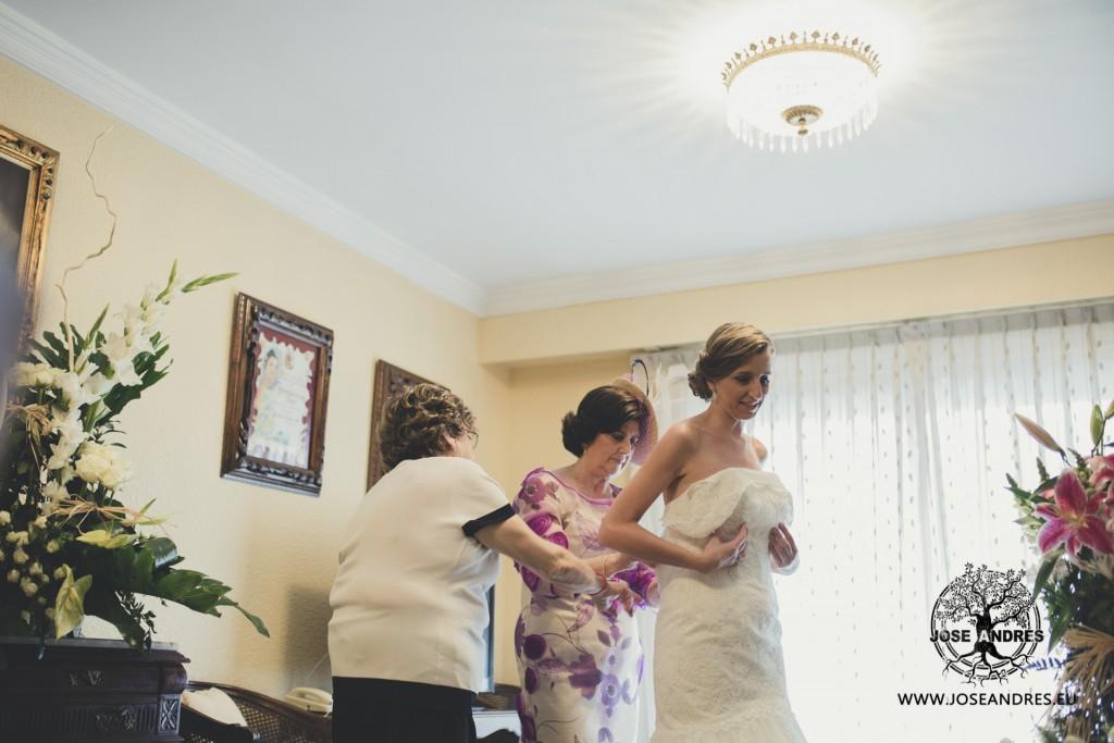 novia vistiendose con familia, vestido de novia diferente