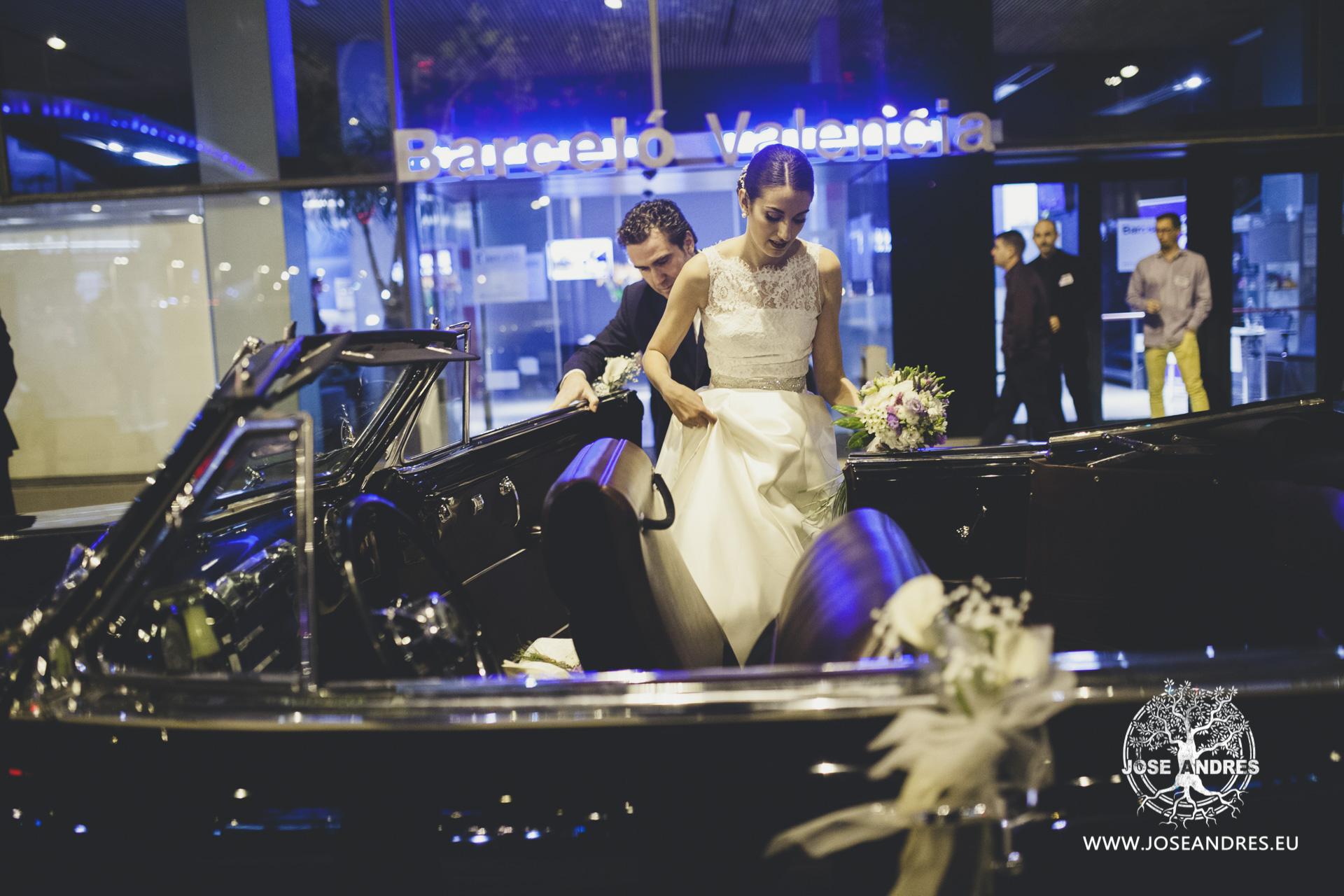 Novia en coche de epoca de boda saliendo el hotel Barcelo de Valencia