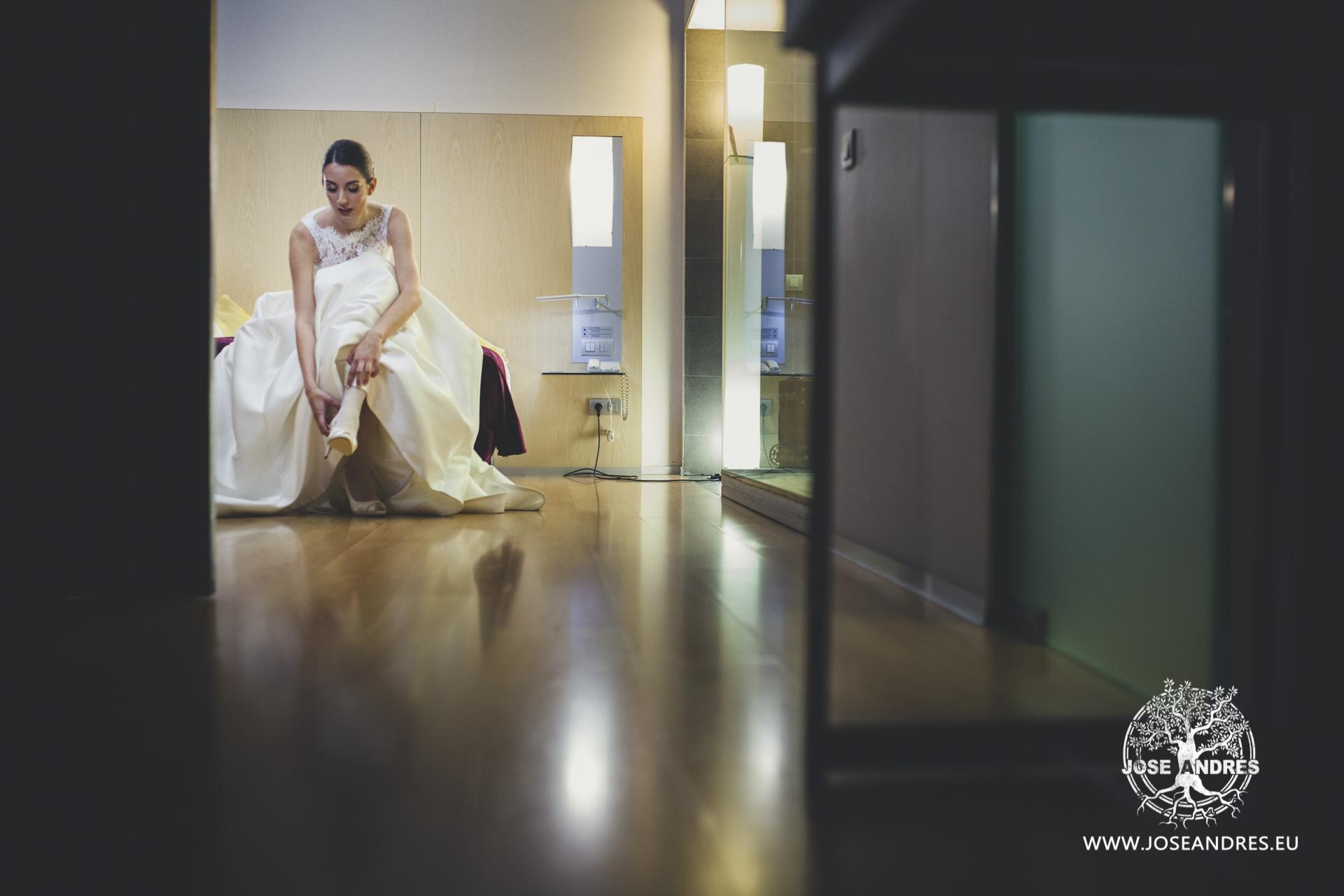 Novia vistiendose vestido de Pronovias en el hotel Barcelo de Valencia