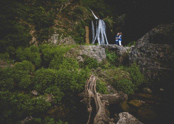 Novios en cascada paisaje Preboda divertida en el nacimiento del río Mundo, Riopar em Albacete. Jose Andrés fotografía y cine documental de bodas