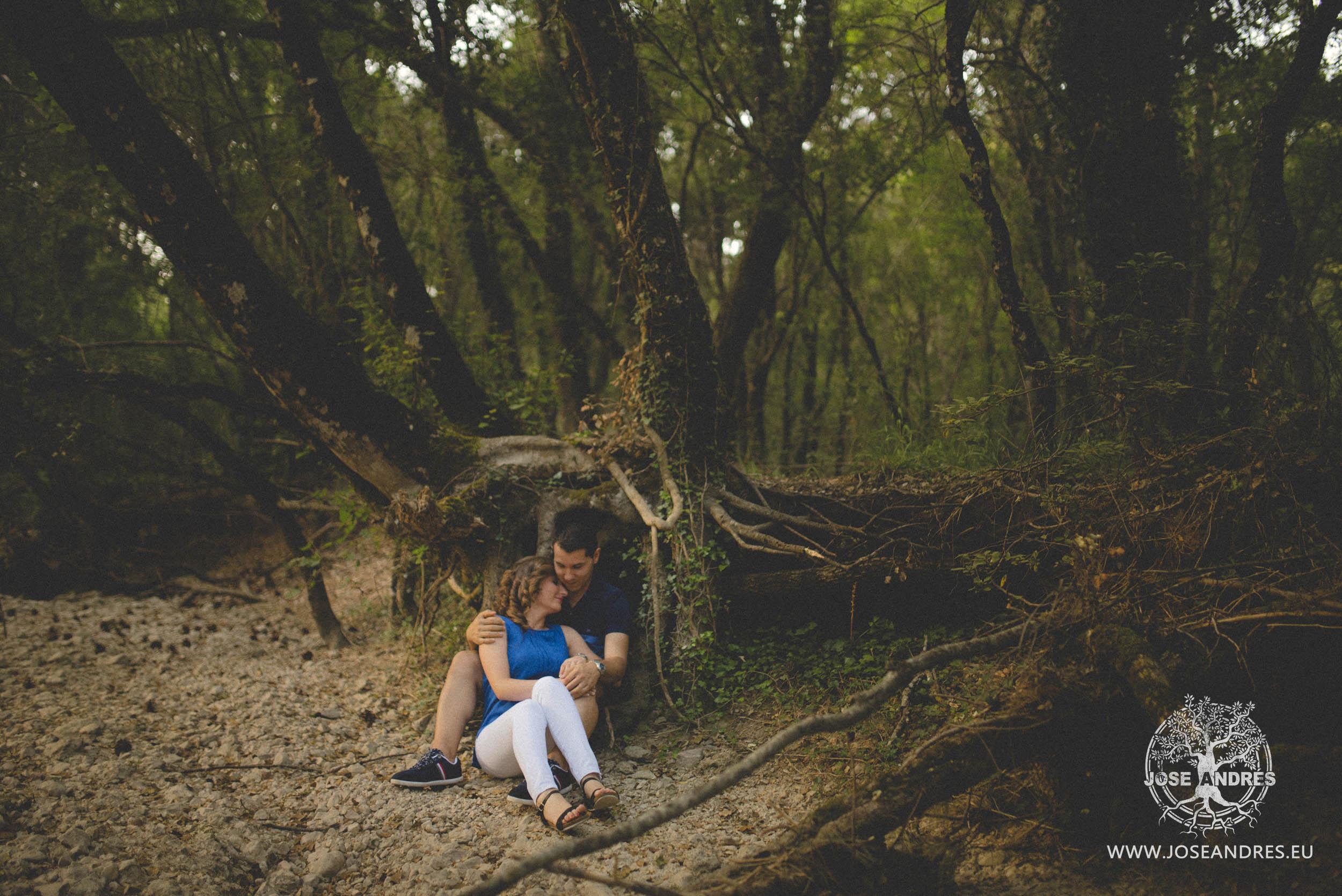 Novios en paisaje Preboda divertida en el nacimiento del río Mundo, Riopar em Albacete. Jose Andrés fotografía y cine documental de bodas