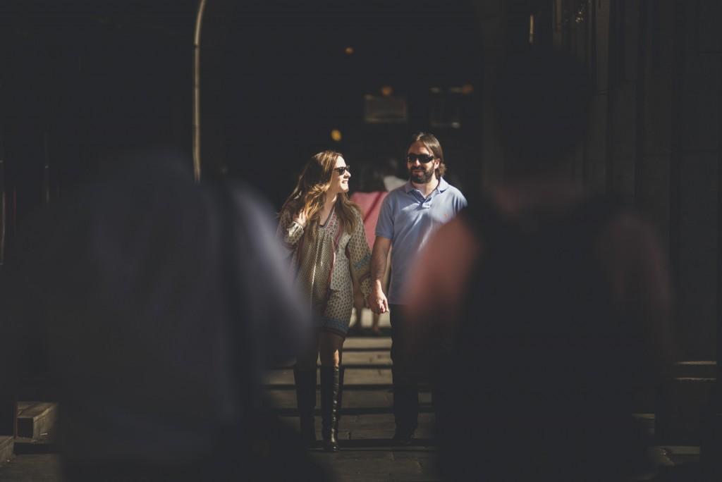novios paseando en plaza mayor