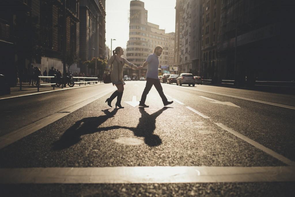 novios cruzando gran Vía